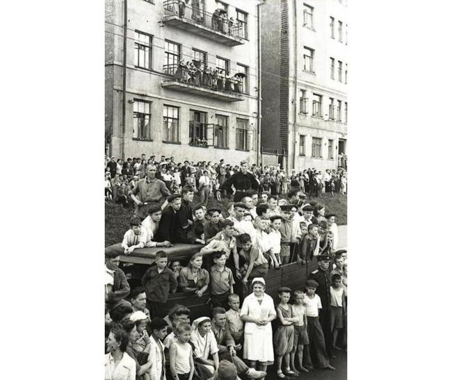 Как вело себя население при прохождении колонн гитлеровских вояк