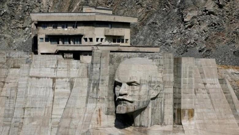 Гигантская голова Ленина на Кировском водохранилище в Кыргызстане.